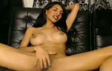 Hot camgirl puts her fingers to work!